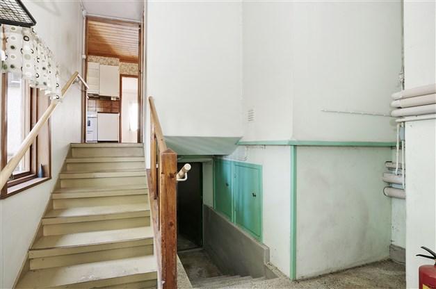 Groventré med trappa upp till köket och ner till källaren
