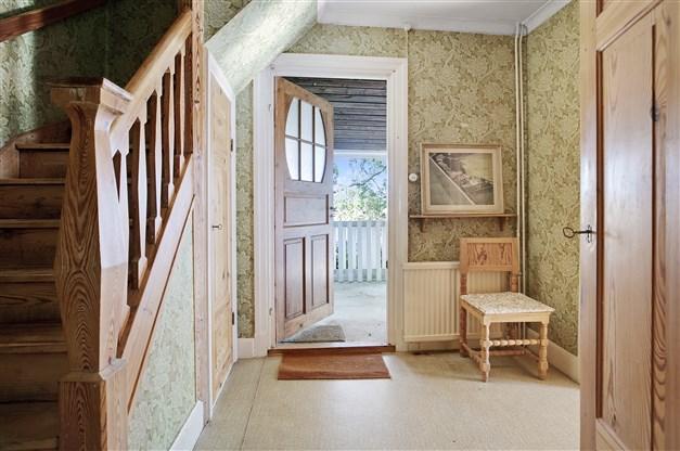 Finentrén med trappa till ovanvåningen