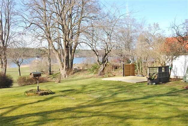 Del trädgård baksidan huset med en av de boendes uteplats
