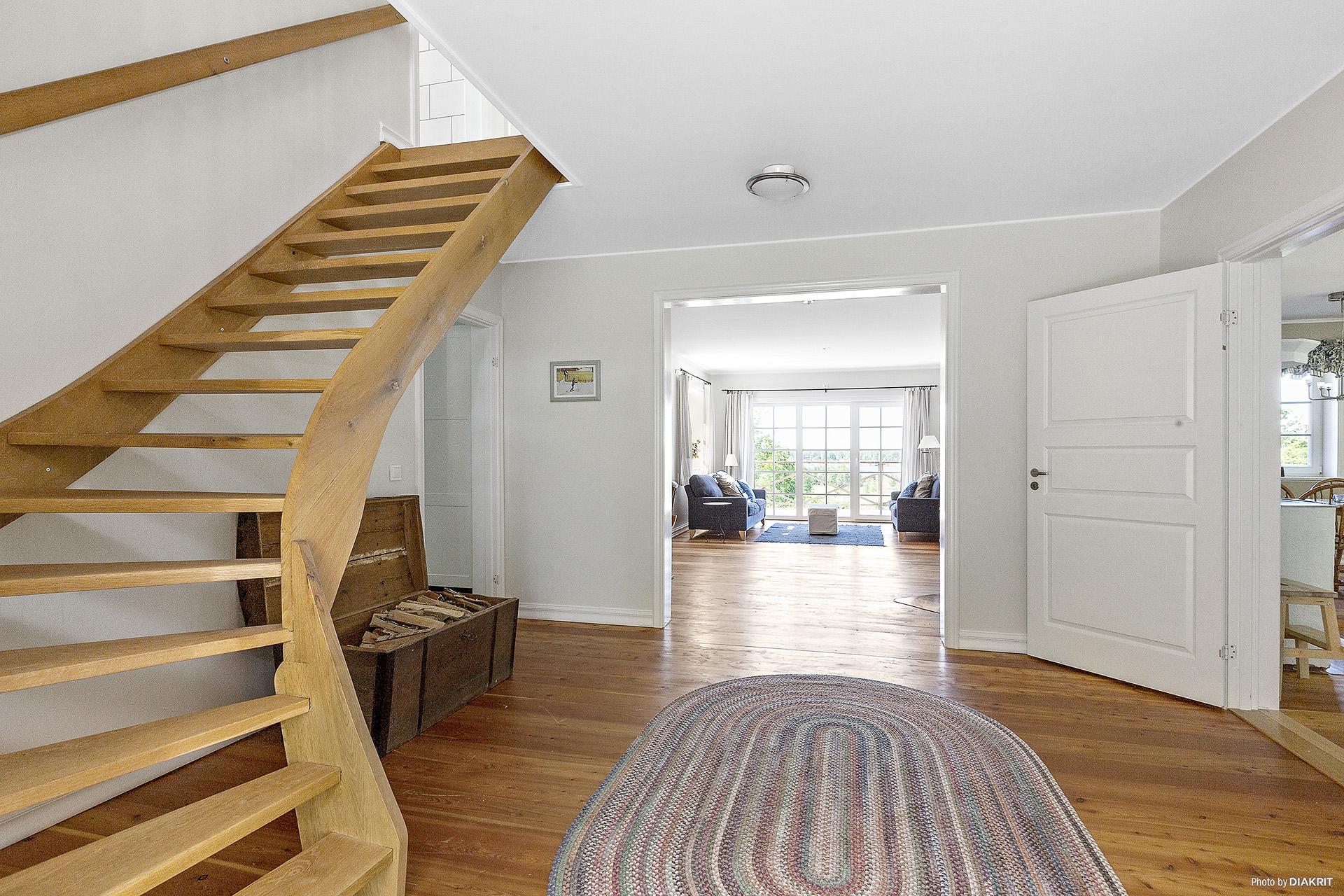 Hall och trappa till övre plan