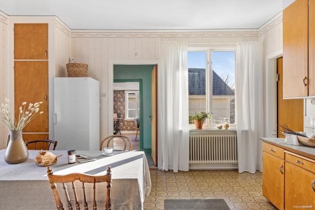 KÖK - Det andra köksfönstret har morgonsol och här syns utgången till köksentrén