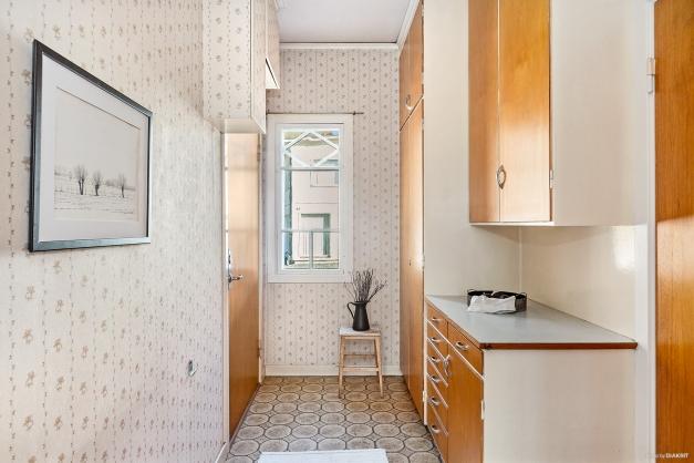 SERVERINGSGÅNG - Som i alla fina hus finns en serveringsgång med skåp och avlastningsbänk