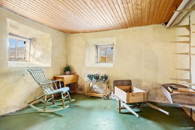KÄLLARRUM - Finns flertalet rum i källaren med djupa fönster med innanfönster