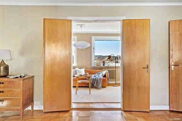 ALLRUM - Dubbeldörrarna leder in till det underbara sällskapsrum som i alla tider kallats för solrummet