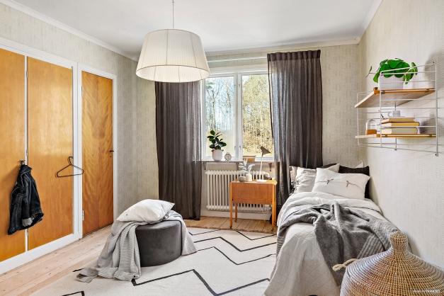 SOVRUM 2 - Lugnt och rogivande rum med egen klädkammare och trägolv