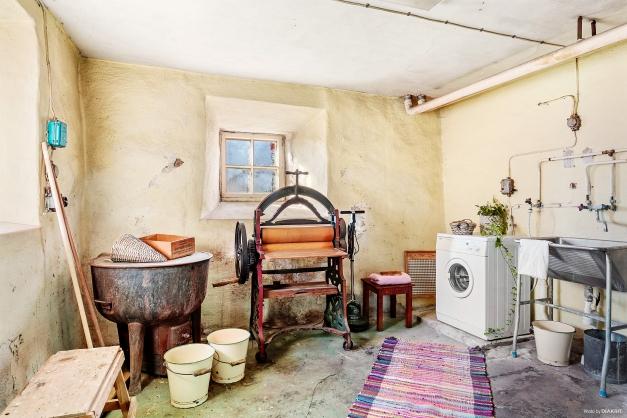 TVÄTTSTUGA - Stor äldre tvättstuga med två djupa fönsternischer