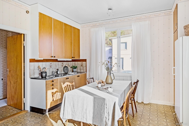 KÖK - Härlig plats för stort matbord framför det ena köksfönstret
