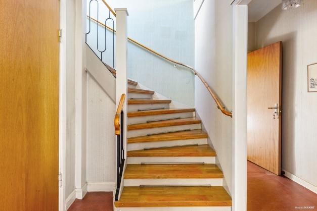TRAPPA I PARKETT - Vacker trappa leder upp till den mer privata övervåningen