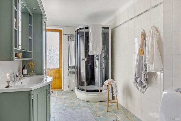 BADRUM - Helkaklat badrum med golvvärme och utgång till balkong