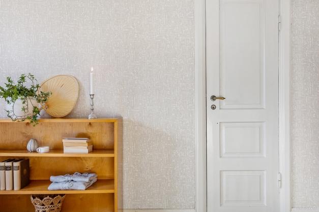 SOVRUM 3 - Fin spegeldörr leder till sidovind med fönster och snedtak