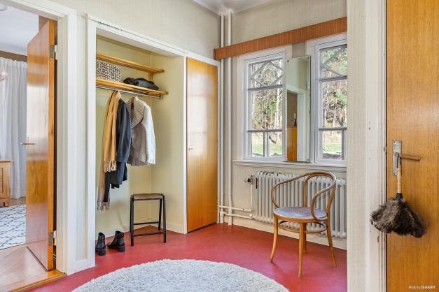 ENTRÉHALL - Välkomnande och rymlig hall med inbyggd garderob