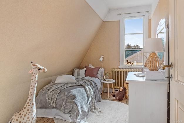 PIGKAMMARE / SOVRUM 4 - Mysigt mindre sovrum med brädgolv och snedtak