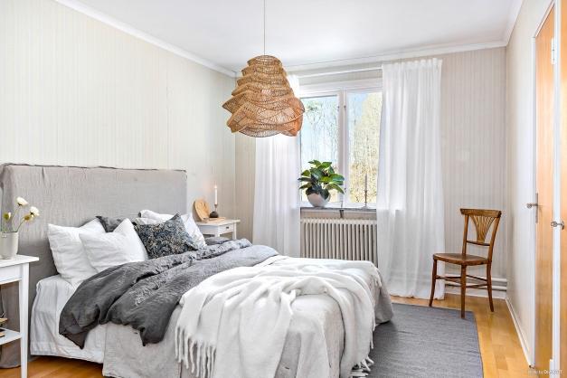 SOVRUM 1 - Stort ljust rogivande sovrum med fönster mot skogen
