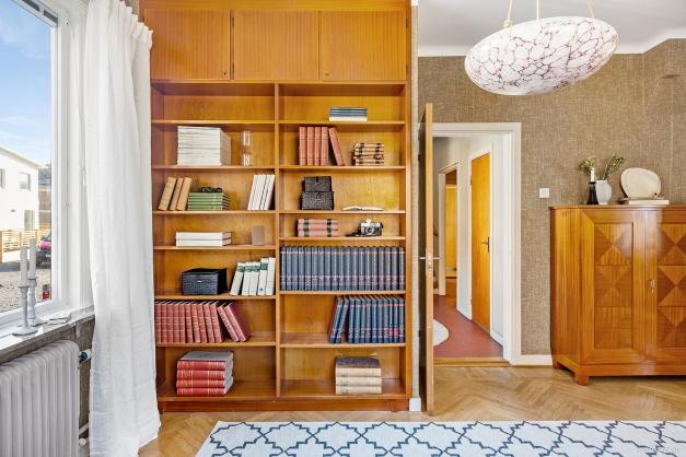 KONTOR - Platsbyggda bokhyllor med överskåp