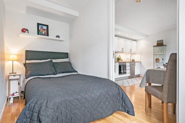 Yteffektivt sovrum med garderob (säng på bilden är 120 cm)