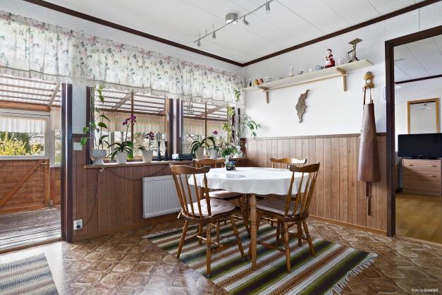 Trevlig matplats invid fönster och utgång till uterummet
