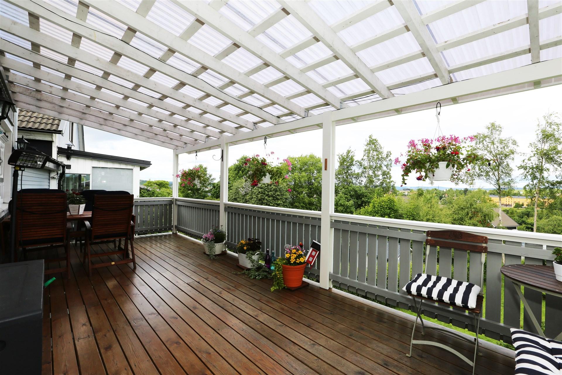 Stor balkong med utgång från köket.