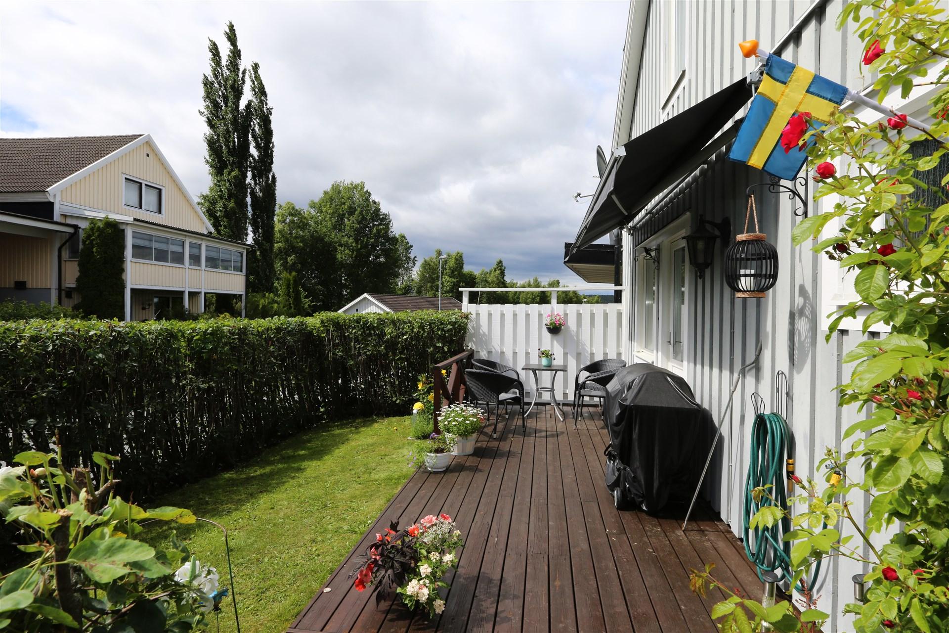Altan och trädgård på entrésidan.