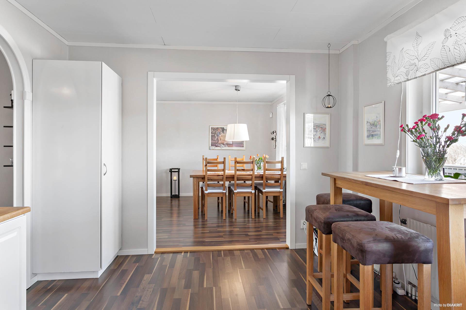 Kök med öppning mot vardagsrum.