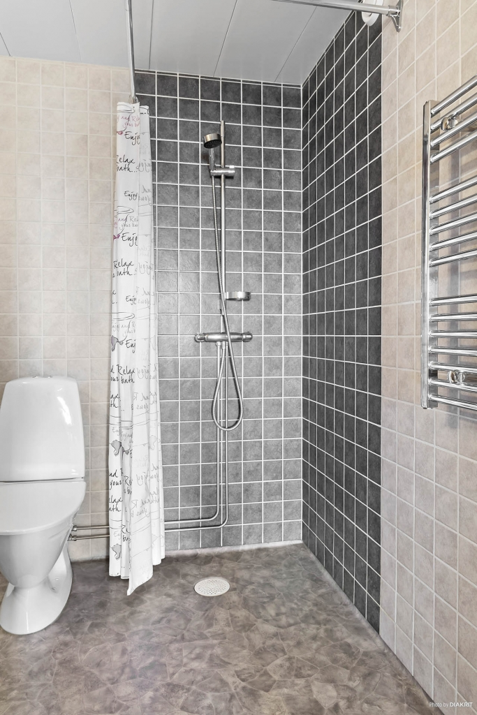 Renoverat duschrum i nedre plan.