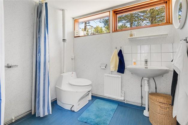 Badrum med dusch och mulltoa