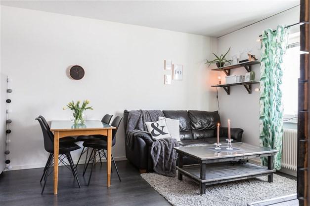 Plats för matbord och liten soffa