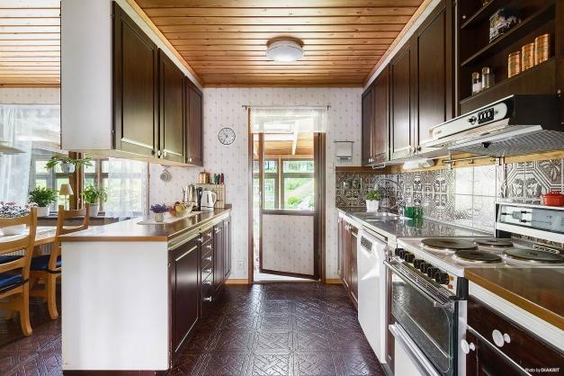 Kök med utgång till inglasat uterum.