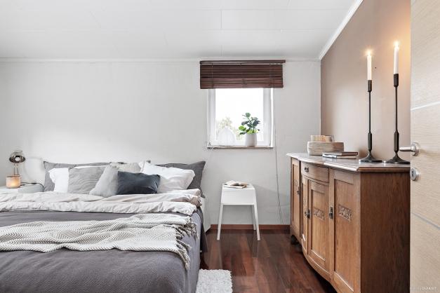 Fint sovrum som enkelt går att möblerna.