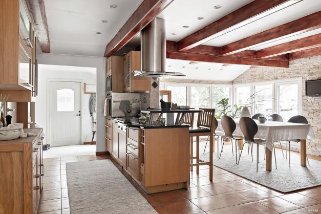En trevlig köksö samt matplats med gott om plats för familj och vänner.