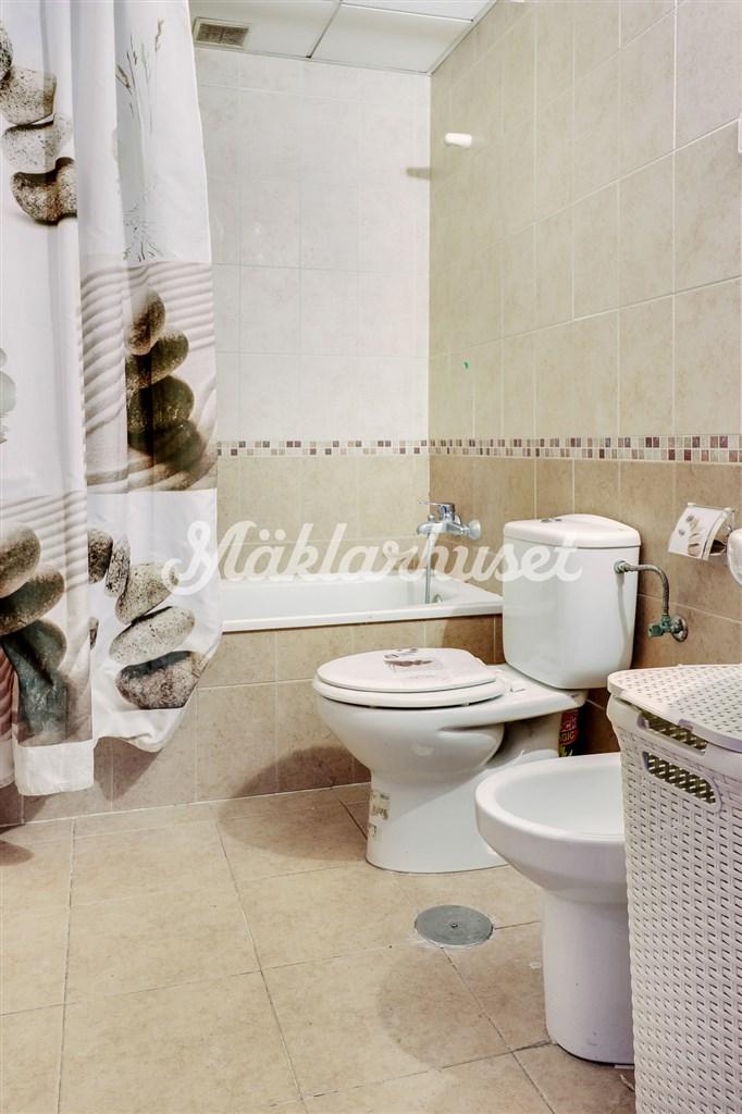 Helkaklat badrum i övre plan