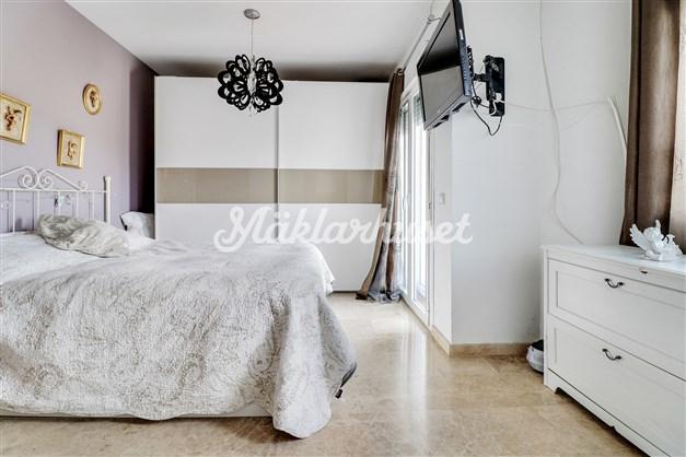 Rymligt sovrum med gott om garderober, balkong och eget badrum