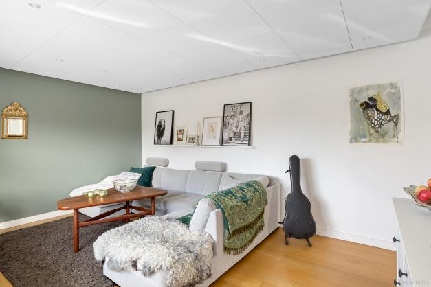 Trevligt och ljust vardagsrum med utgång till balkong i söder läge
