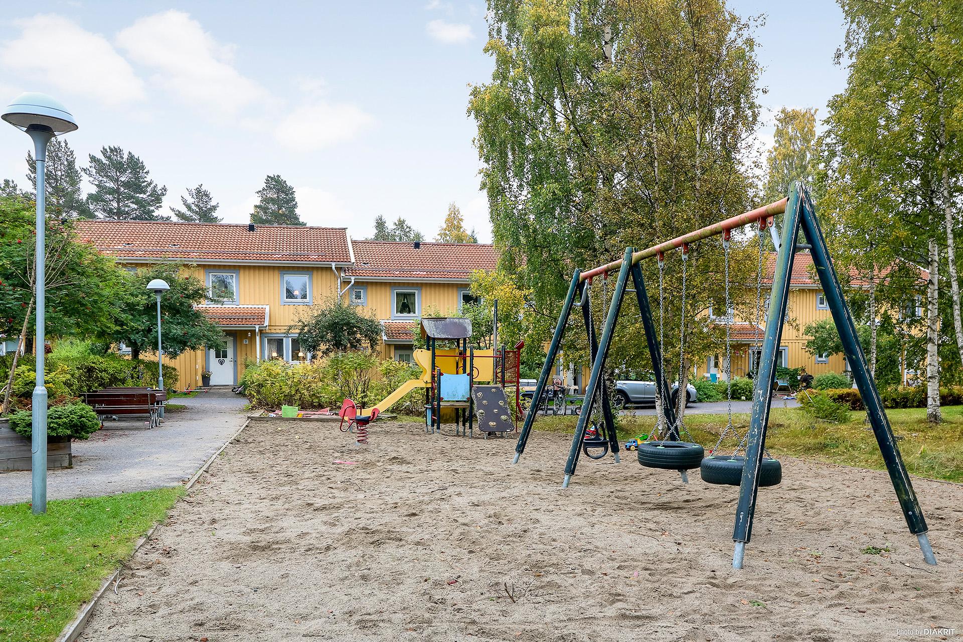 Lugn innergård med lekpark