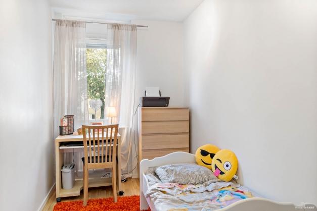 Det mindre sovrummet med fönster mot innergården
