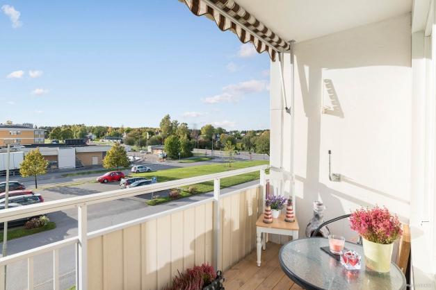 Solig balkong med markis