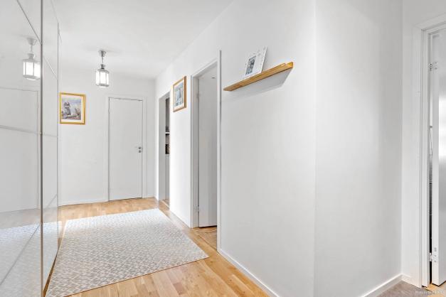 Stor och öppen hall med massvis med förvaring i garderober