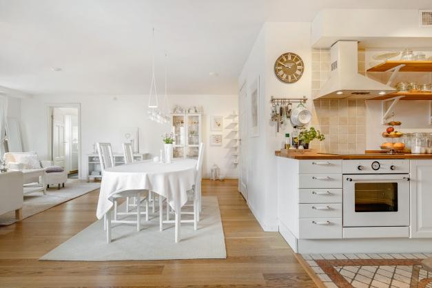 Matplats och kök med öppen planlösning