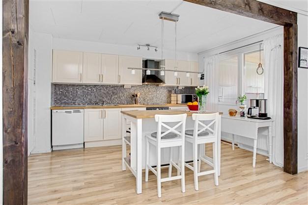 Kök/vardagsrum med stor öppning mellan rummen.