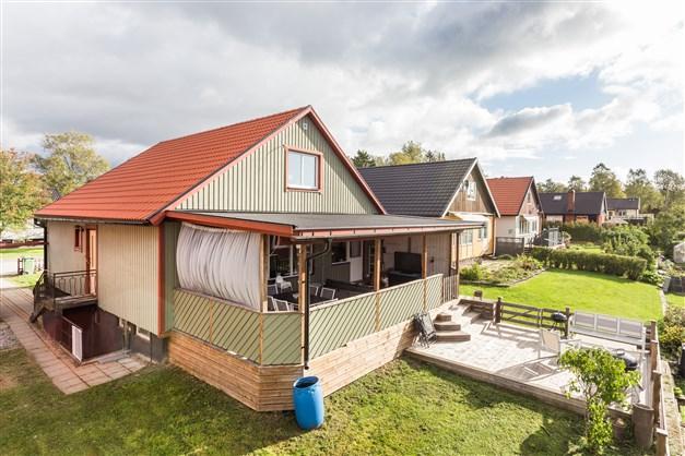 Husets baksida med altan och soldäck