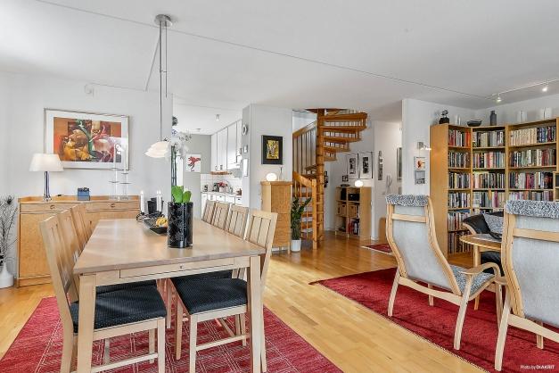 Vardagsrum mot kök och hall