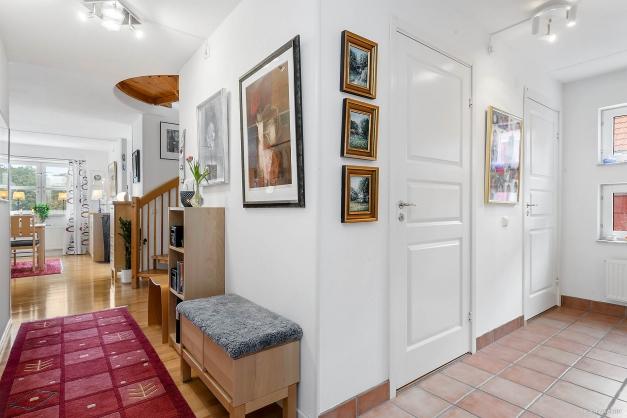 Entré mot vardagsrum / kök samt badrum / tvätt till höger