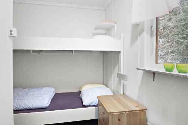 Sovrum till vänster i stugan