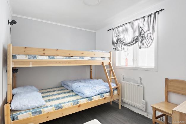 Sovrum till höger i stugan