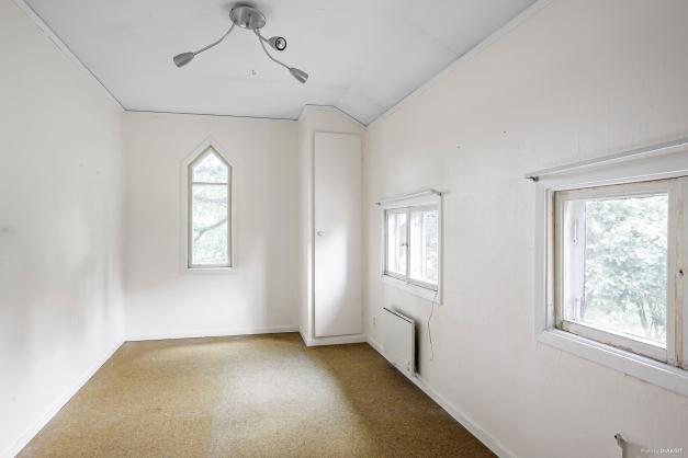 Ett av fyra identiska mindre hörnrum/sovrum på övre plan