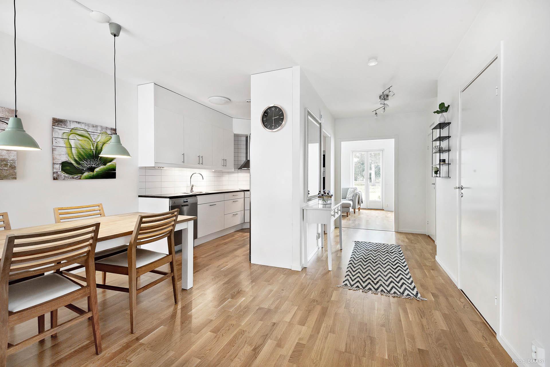 Matplats/kök och hall till vardagsrummet