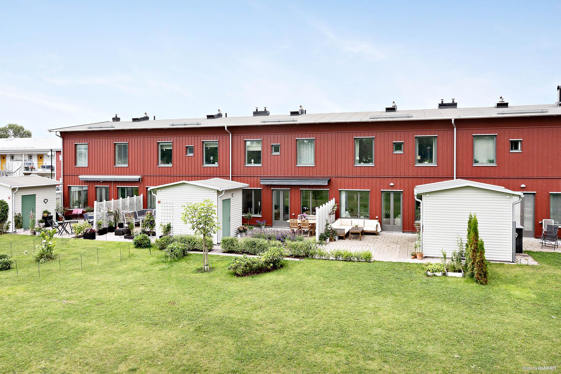Grön allmänning mellan huset och Svartån