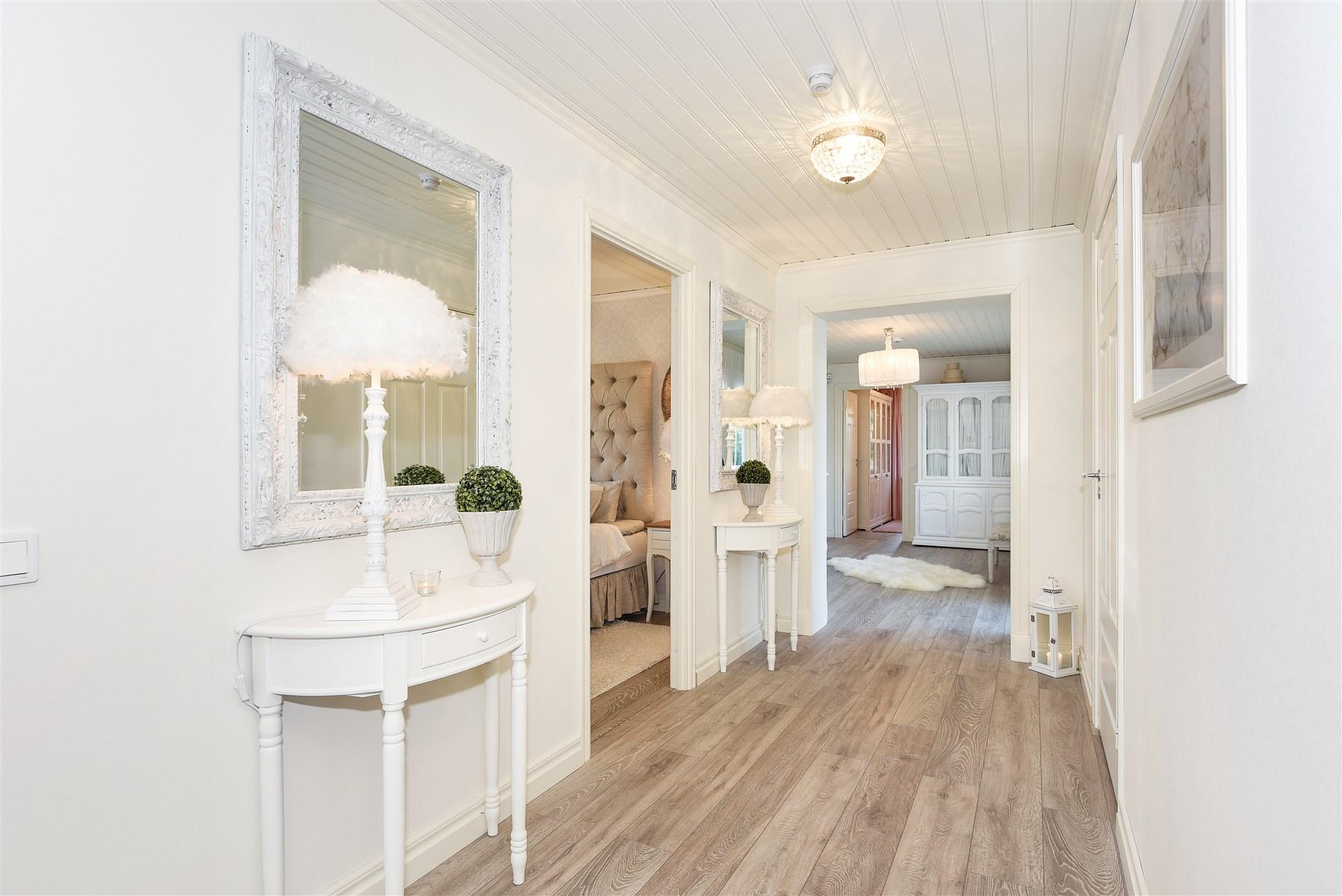 Inre hall med ingång till allrum, sovrum och duchrum
