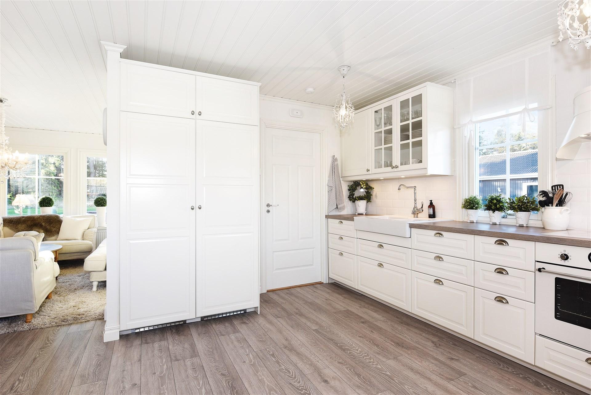 Kök med ingång till tvättstuga/groventé