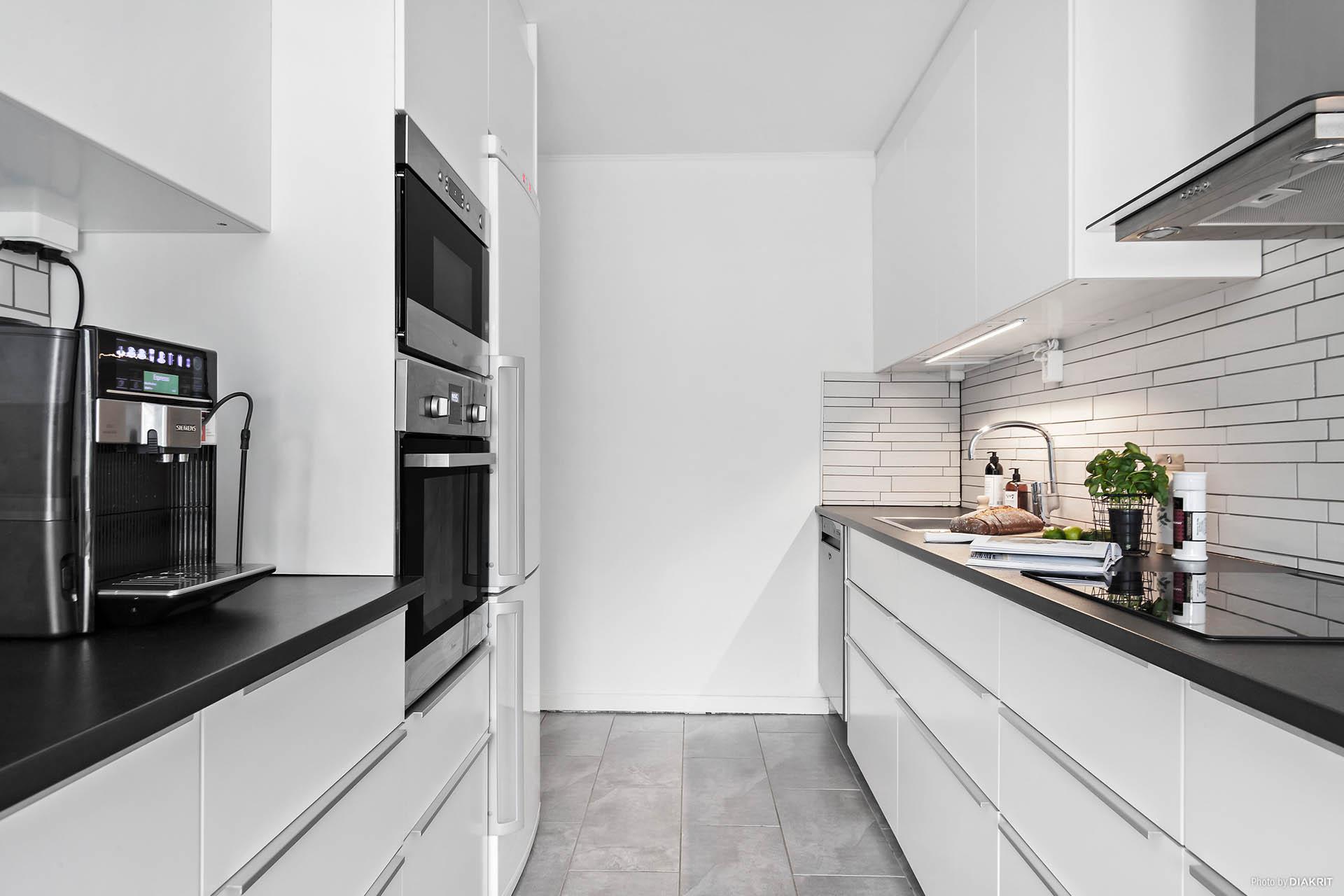 Kök med rostfri maskinell utrustning