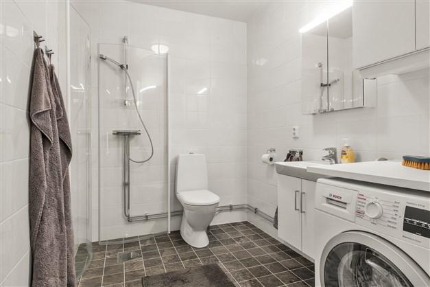 Helkaklat duschrum med kombitvättmaskin
